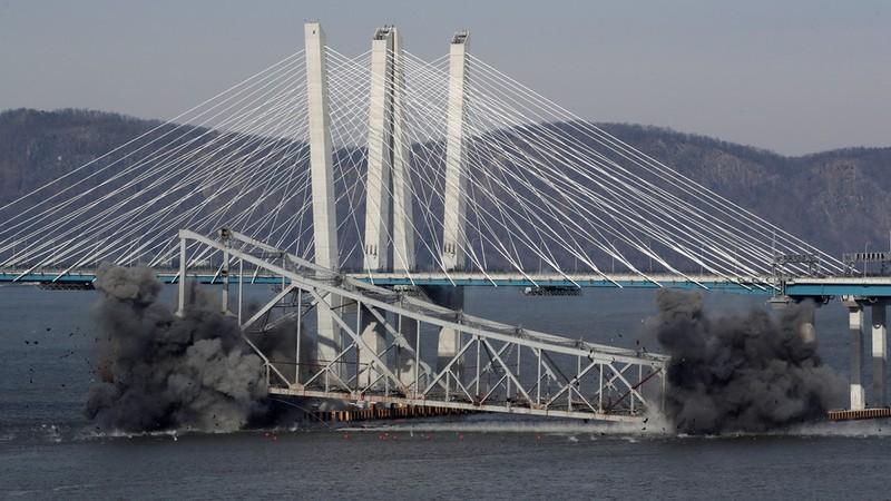 Bom đánh sập cầu New York trong tích tắc - ảnh 1