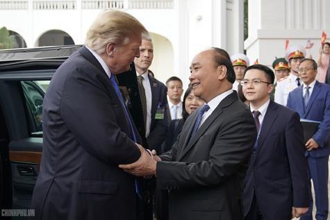 Thủ tướng Nguyễn Xuân Phúc đón Tổng thống Mỹ Donald Trump - ảnh 2