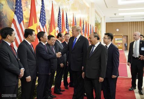 Thủ tướng Nguyễn Xuân Phúc đón Tổng thống Mỹ Donald Trump - ảnh 5