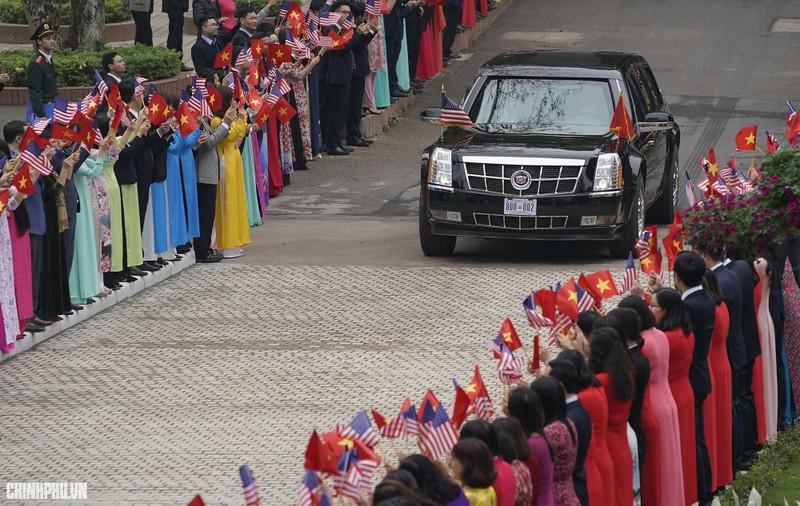Thủ tướng Nguyễn Xuân Phúc đón Tổng thống Mỹ Donald Trump - ảnh 1