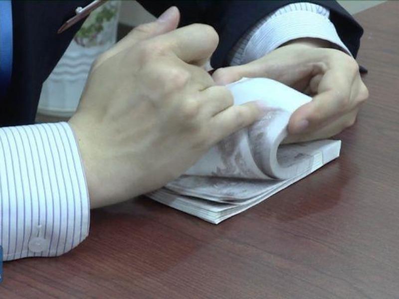 Choáng với kỹ năng đếm tiền của nhân viên ngân hàng Trung Quốc - ảnh 1