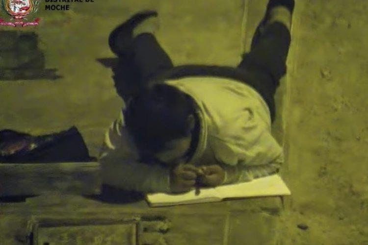 Cậu bé học bài dưới ánh đèn đường và cái kết bất ngờ - ảnh 2