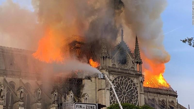 Những gì còn lại sau khi ngọn lửa bao trùm Nhà thờ Đức Bà  - ảnh 10