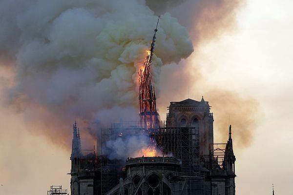 Những gì còn lại sau khi ngọn lửa bao trùm Nhà thờ Đức Bà  - ảnh 11