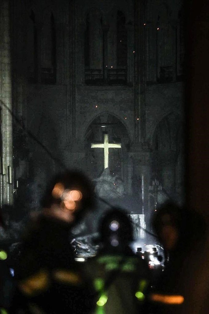 Những gì còn lại sau khi ngọn lửa bao trùm Nhà thờ Đức Bà  - ảnh 2