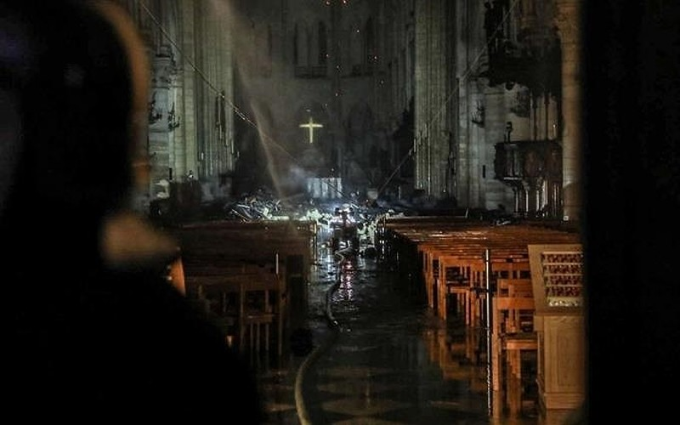 Những gì còn lại sau khi ngọn lửa bao trùm Nhà thờ Đức Bà  - ảnh 4
