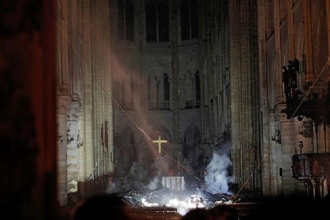 Những gì còn lại sau khi ngọn lửa bao trùm Nhà thờ Đức Bà  - ảnh 5