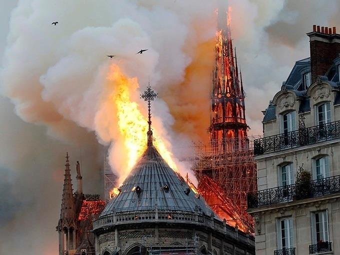 Những gì còn lại sau khi ngọn lửa bao trùm Nhà thờ Đức Bà  - ảnh 6