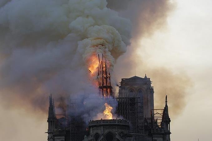 Những gì còn lại sau khi ngọn lửa bao trùm Nhà thờ Đức Bà  - ảnh 7