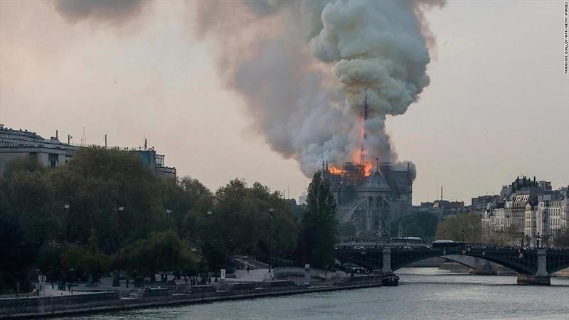 Những gì còn lại sau khi ngọn lửa bao trùm Nhà thờ Đức Bà  - ảnh 9