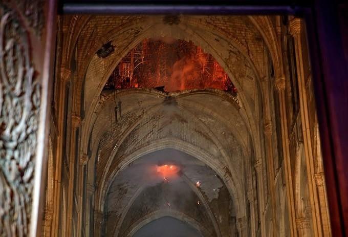 Những gì còn lại sau khi ngọn lửa bao trùm Nhà thờ Đức Bà  - ảnh 1