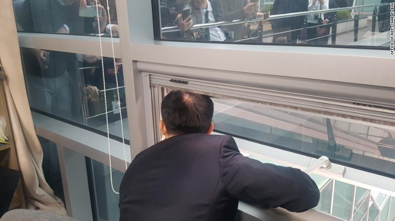 Bị đối thủ nhốt, Nghị sĩ Hàn Quốc thò đầu họp báo qua cửa sổ - ảnh 1