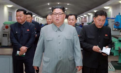 Ông Kim Jong-un thị sát nhà máy chế tạo ICBM - ảnh 1