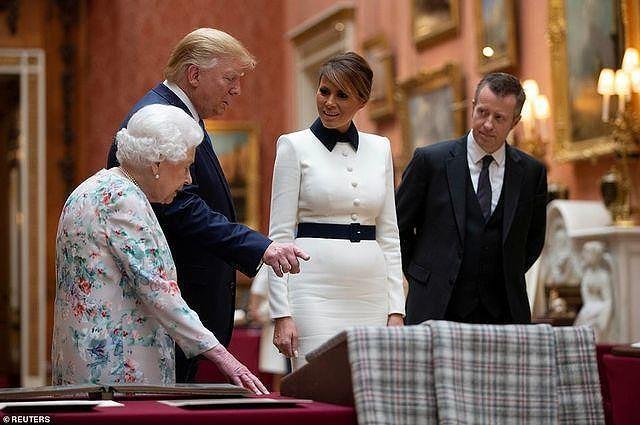 Ông Trump không nhận ra món quà mình từng tặng nữ hoàng Anh - ảnh 2