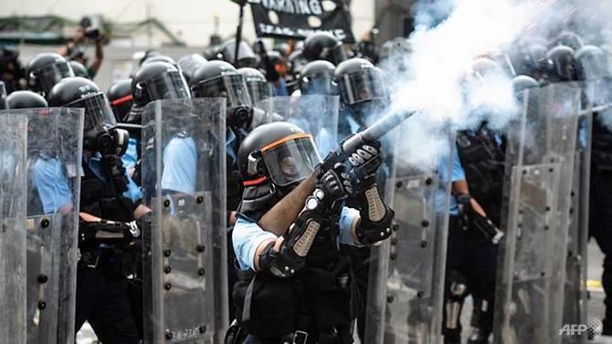 Hong Kong chìm ngập trong hơi cay và bạo loạn - ảnh 1