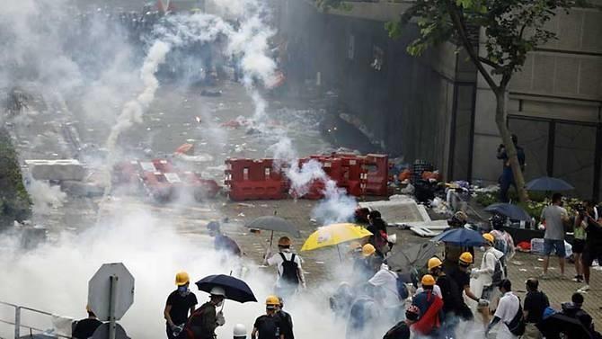 Hong Kong chìm ngập trong hơi cay và bạo loạn - ảnh 2