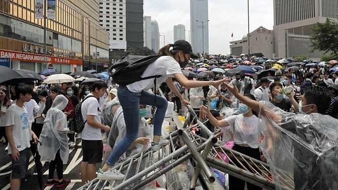 Hong Kong chìm ngập trong hơi cay và bạo loạn - ảnh 3