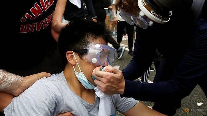 Hong Kong chìm ngập trong hơi cay và bạo loạn - ảnh 6