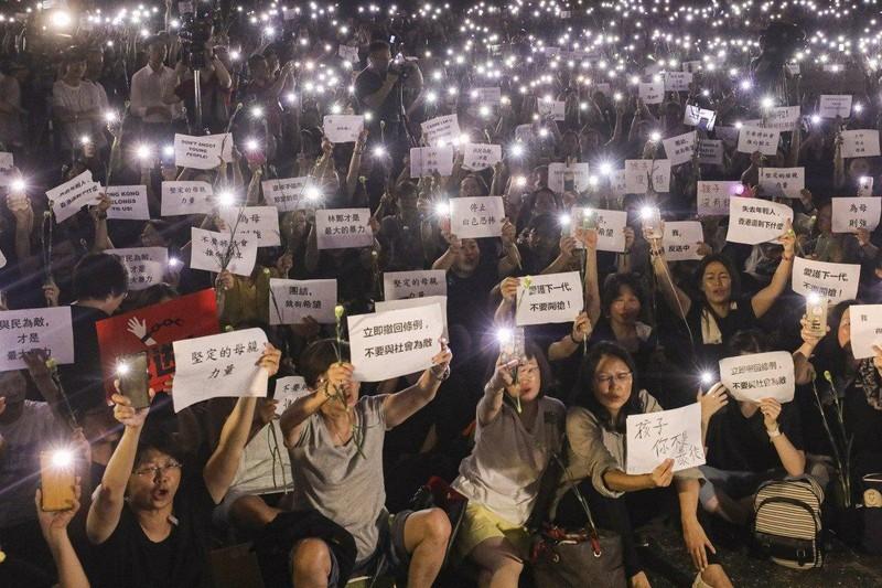 Hong Kong tạm hoãn vô thời hạn luật dẫn độ  - ảnh 1