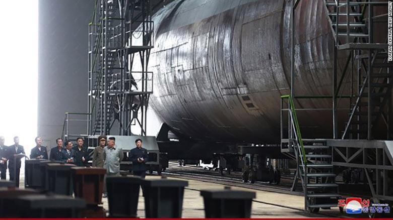 Ông Kim thị sát tàu ngầm nghi có khả năng mang tên lửa đạn đạo - ảnh 1