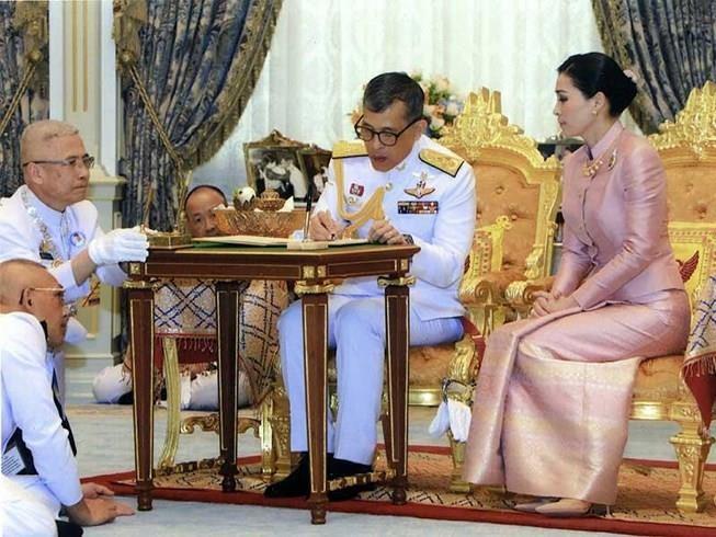 Kết hôn 3 tháng, vua Thái Lan lại có thêm 'vợ lẽ' - ảnh 3