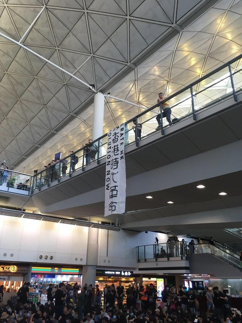 Người biểu tình cố thủ tại sân bay Hong Kong - ảnh 2