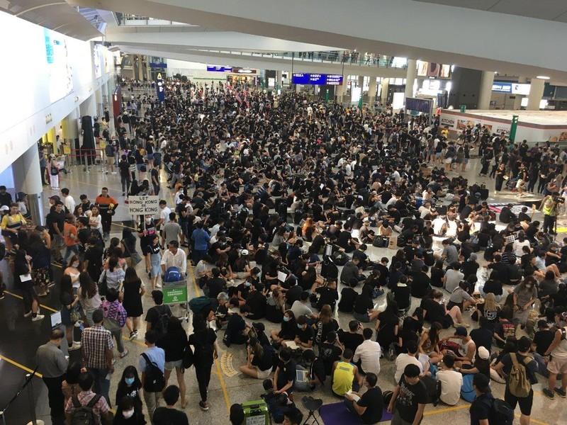Người biểu tình cố thủ tại sân bay Hong Kong - ảnh 1