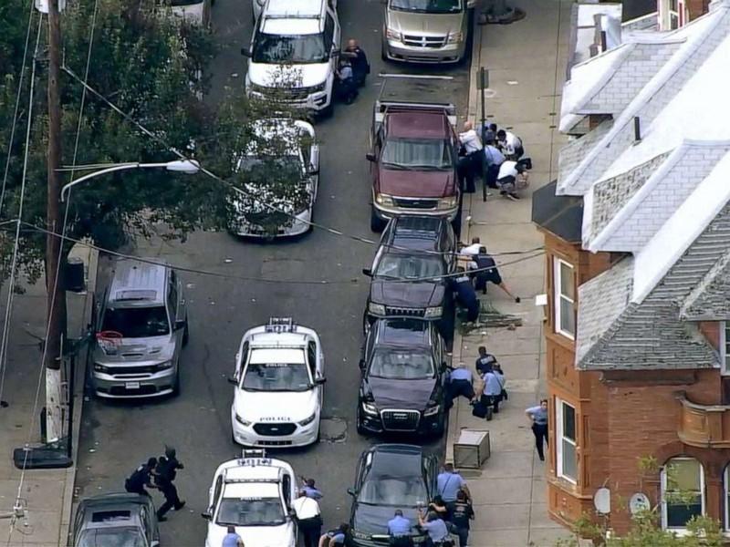 Đấu súng quyết liệt ở Philadelphia, sáu cảnh sát bị thương - ảnh 1