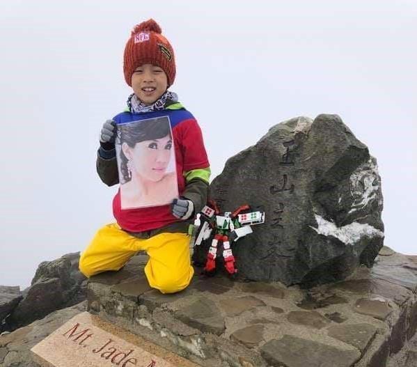 Bé 8 tuổi chinh phục ngọn núi cao nhất để giữ lời hứa với mẹ - ảnh 1