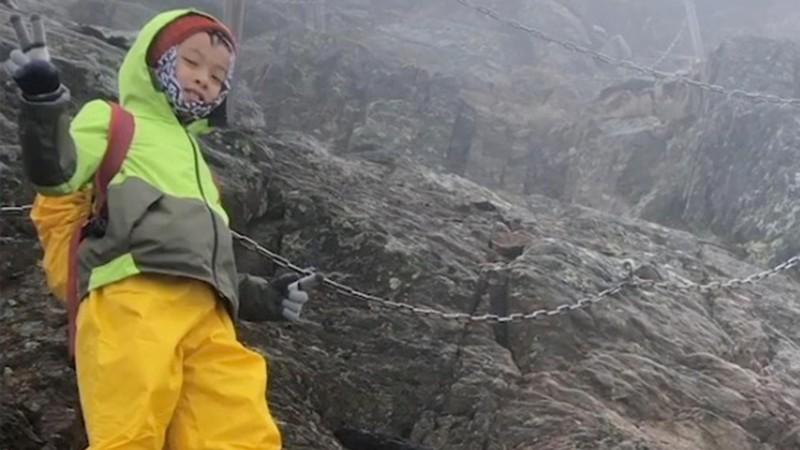 Bé 8 tuổi chinh phục ngọn núi cao nhất để giữ lời hứa với mẹ - ảnh 2