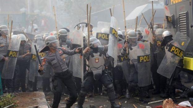 Indonesia biểu tình vì dự luật cấm quan hệ trước hôn nhân - ảnh 2