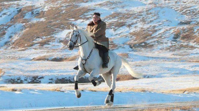 Ông Kim Jong-un cưỡi bạch mã trên núi tuyết tuyệt đẹp - ảnh 2