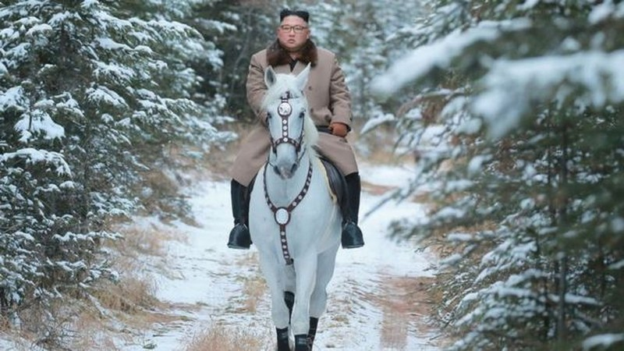 Ông Kim Jong-un cưỡi bạch mã trên núi tuyết tuyệt đẹp - ảnh 1