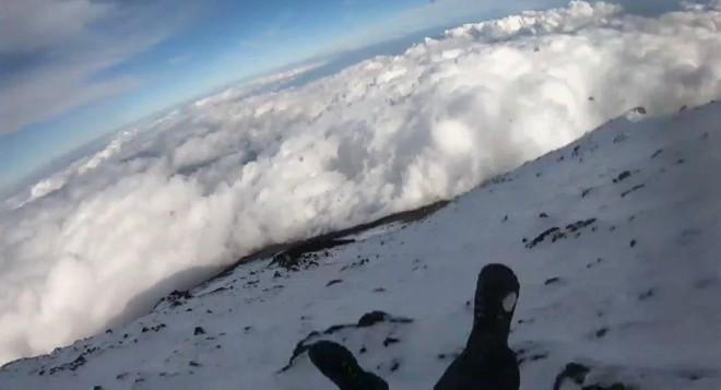 Tìm thấy thi thể nghi của YouTuber livestream leo núi Phú Sĩ - ảnh 1