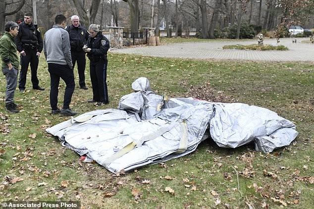 Phao trượt rơi khỏi máy bay và 'đáp' xuống nhà dân - ảnh 1
