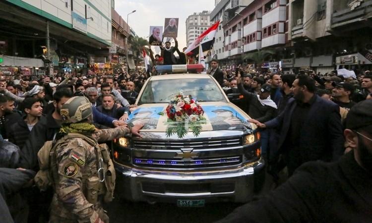 Hàng ngàn người dự lễ tang tướng Iran Soleimani - ảnh 1