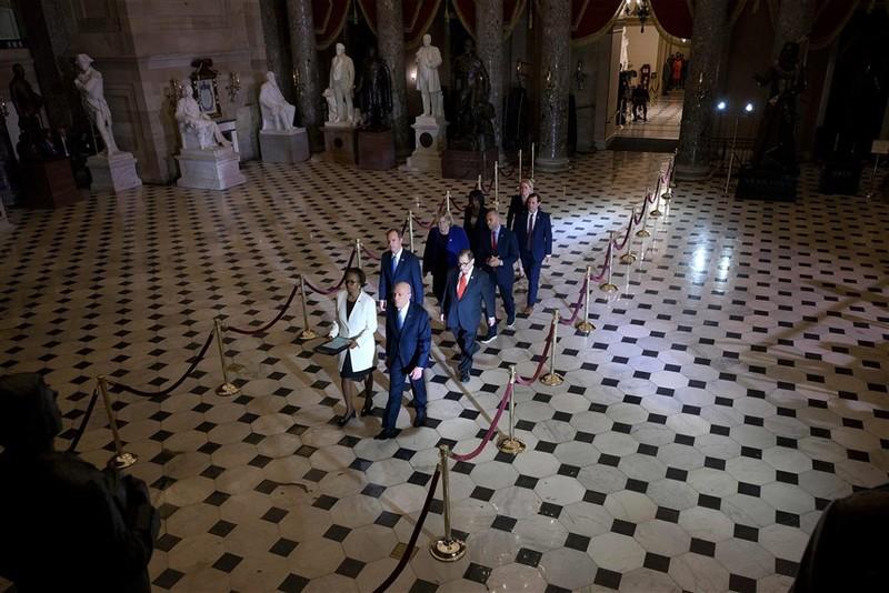 Hạ viện chuyển điều khoản luận tội ông Trump lên Thượng viện - ảnh 2
