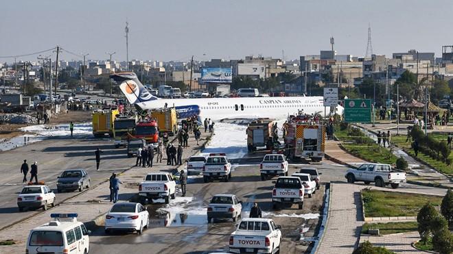 Máy bay Iran chở 135 người lao thẳng ra xa lộ - ảnh 1
