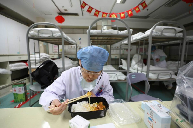 Chùm ảnh: Một ngày của một bác sĩ chống dịch ở Vũ Hán - ảnh 6