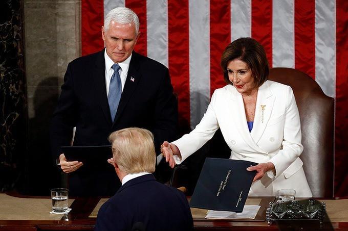 Ông Trump không bắt tay bà Pelosi khi đọc thông điệp liên bang - ảnh 1