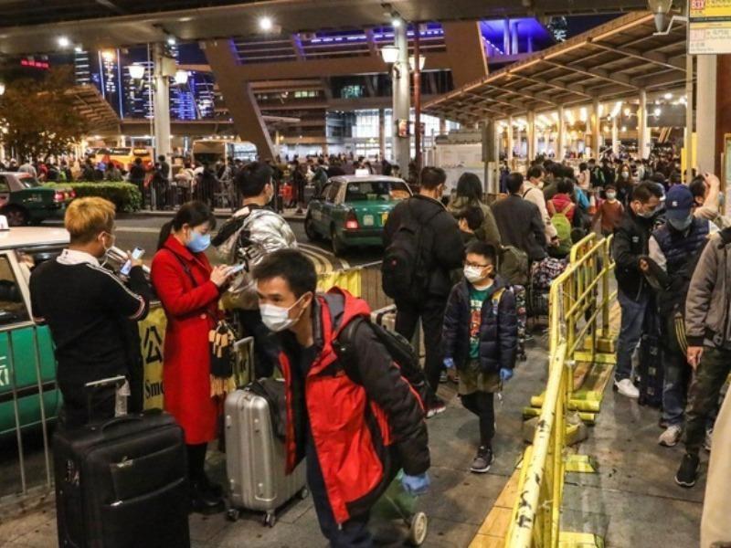 Hàng chục ngàn dân đại lục xếp hàng để qua Hong Kong  - ảnh 1