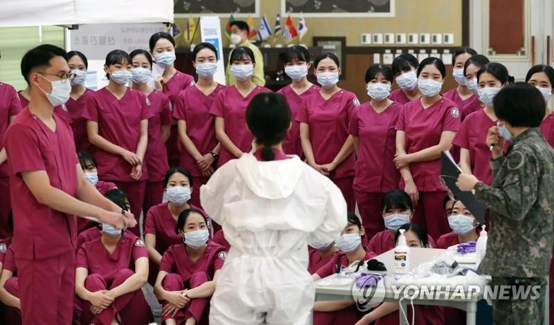 COVID-19 Hàn Quốc: 31 ca chết, tổng thống tuyên chiến với dịch - ảnh 1