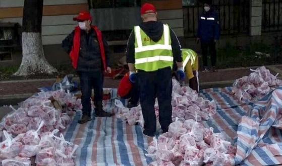 Quan chức Vũ Hán bị sa thải vì dùng xe rác chở thịt cho dân - ảnh 2