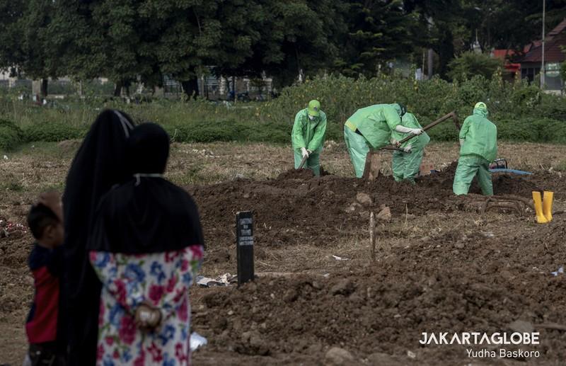 Cận cảnh quy trình an táng người mất vì COVID-19 tại Indonesia - ảnh 7