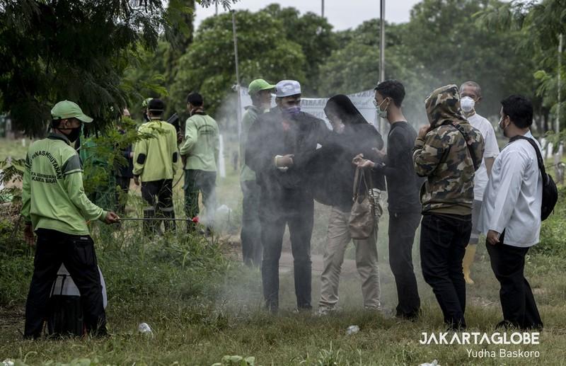 Cận cảnh quy trình an táng người mất vì COVID-19 tại Indonesia - ảnh 8
