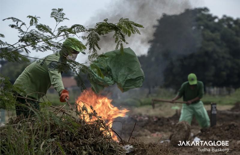 Cận cảnh quy trình an táng người mất vì COVID-19 tại Indonesia - ảnh 9