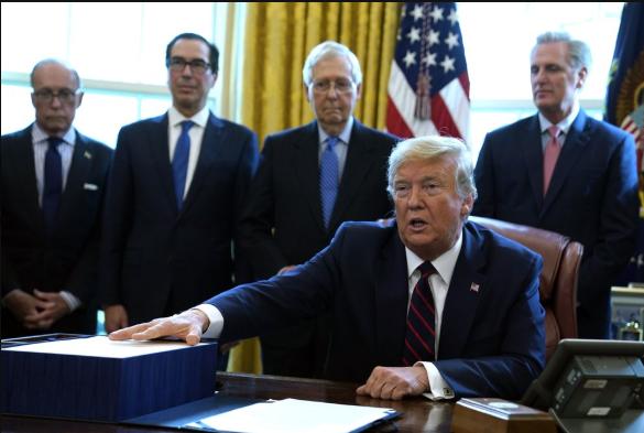 Ông Trump ký ban hành gói 2,2 ngàn tỉ USD cứu nguy kinh tế - ảnh 1