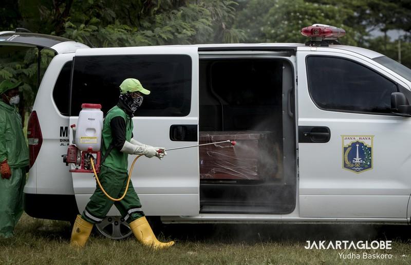 Cận cảnh quy trình an táng người mất vì COVID-19 tại Indonesia - ảnh 2