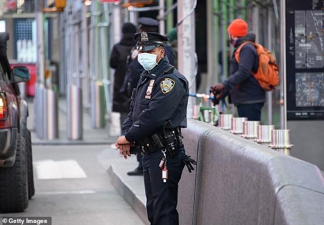 Báo động cả ngàn cảnh sát Mỹ nhiễm COVID-19  - ảnh 2
