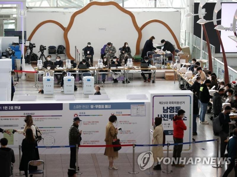 Dân Hàn Quốc đi bầu cử Quốc hội dù COVID-19 còn phức tạp  - ảnh 1